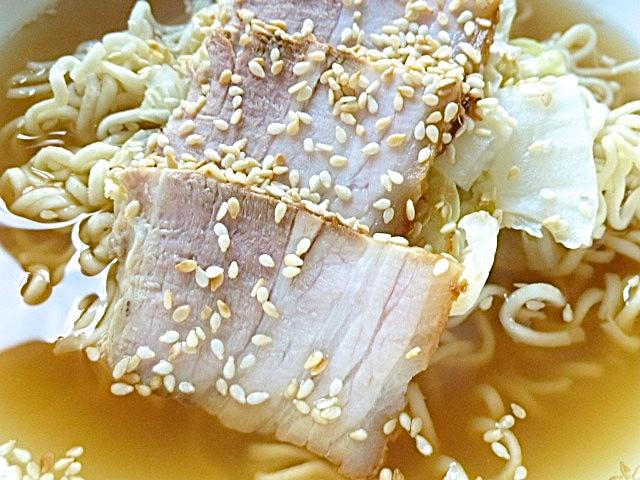 Bossam-Sud als Suppe mit Nudeln, Chinakohl und Schweinebauch