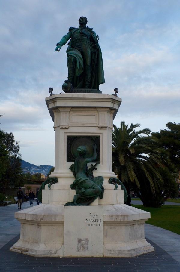 ein Spaziergang im Jardin Albert I vorbei an der Massena-Statue