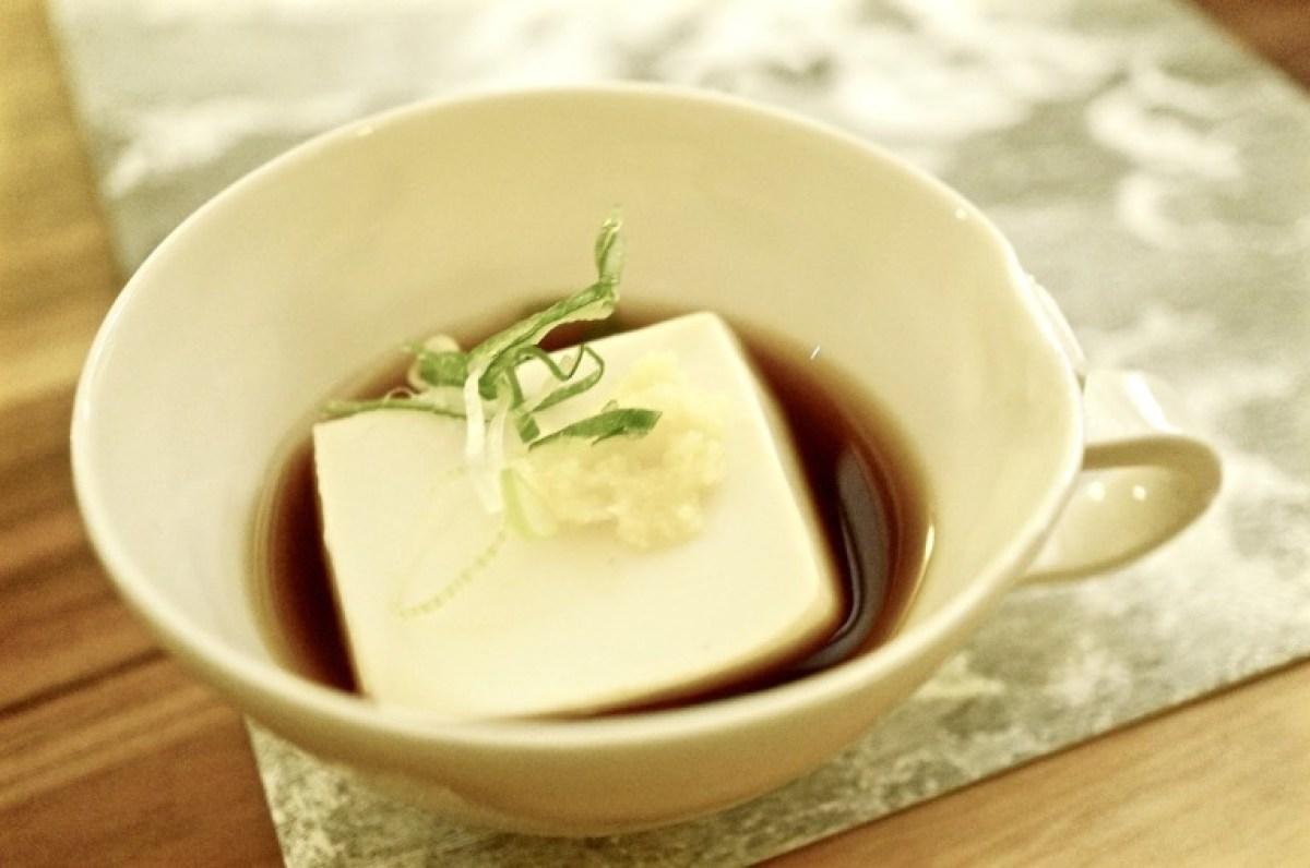 Warmer Tofu mit Ponzu und japanischen Gewürzen