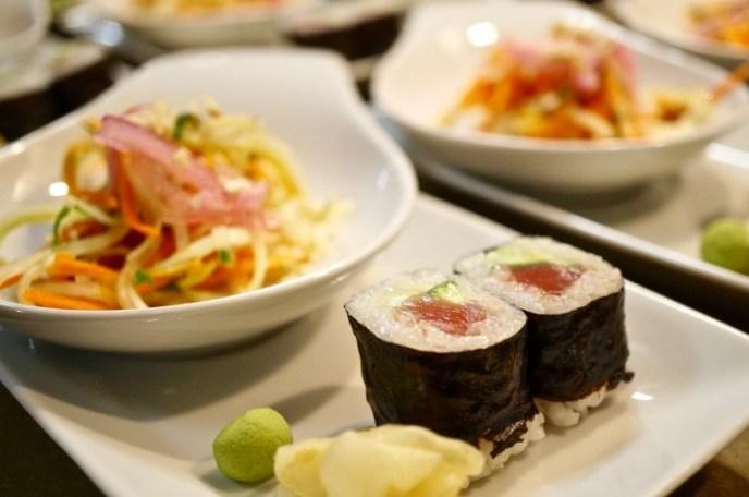 Goi Du Du - grüner Papayasalat & Maki Sushi mit Gurke und Thunfisch