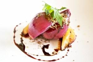 Mit Robiola gefüllte Zwiebel , dazu schwarzer Trüffel und karamellisierte Birne