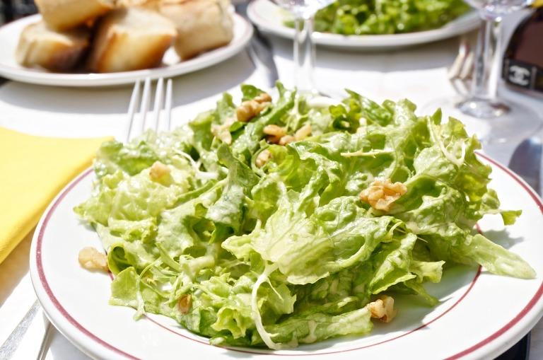 dazu Salat mit Walnussdressing