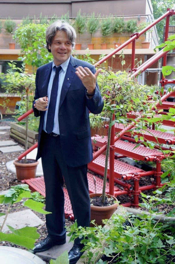 Michael Käfer auf seiner Terrasse