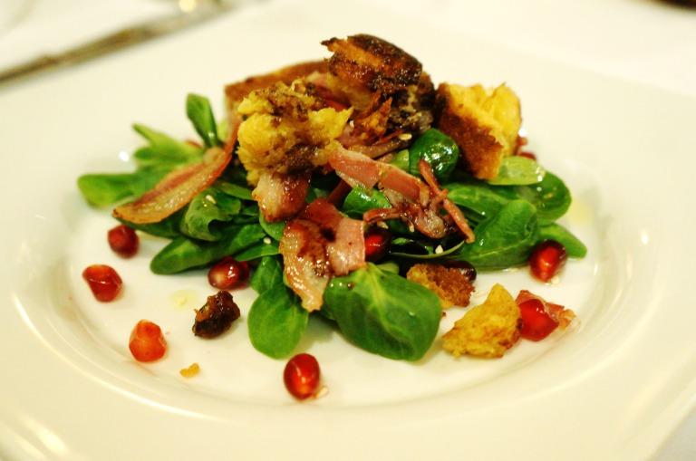Pannetone gebraten zu Salat und Granatapfelkernen