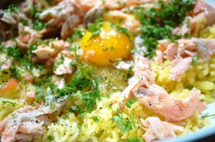 Teig mit Fisch, Kartoffeln, Ei & Petersilie