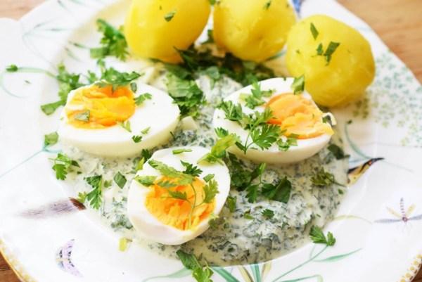 Eier mit grüner Soße