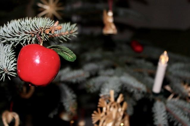 Apfelschmuck am Weihnachtsbaum