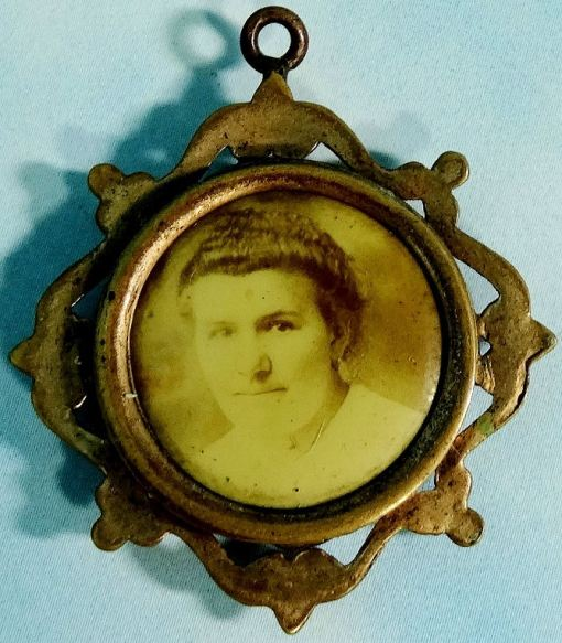 PATRIOTIC PHOTO PENDANT DISPLAYING NCO OR OFFICER - Imperial German Military Antiques Sale