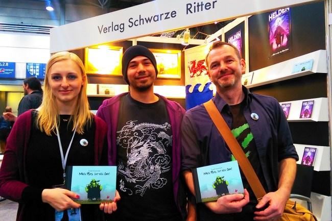 Die Autoren Carolin Wahl und Tom Orgel mit ihren handsignierten Ausgaben von Mein Papa ist ein Ork