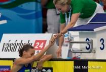 9.7.2016: Hódmezővásárhely. Eine Kampfrichterin gratuliert ihre Landsfrau bei 200m F Finale.