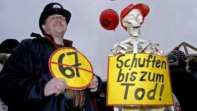 Demonstrant mit Skelett und Plakat Schuften bis zum Tod