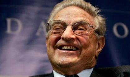 Multimilliardär und 'Philantrop' George Soros. Seine Stiftungen stehen im Verdacht weltweit viele Proteste organisiert zu haben, u.a. den Black Lives Matter Protest, die Proteste in der Ukraine gegen Russland, einige arabische Proteste während des arabischen Frühlings un die aktuellen Proteste in den USA gegen Trump.