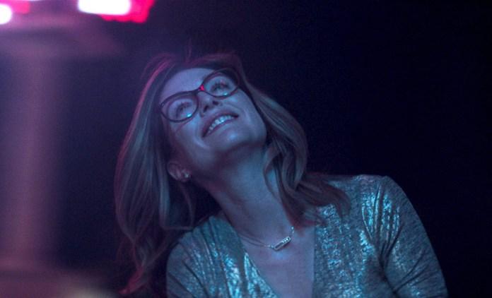 Remake del film Gloria del 2013, diretto dallo stesso Lelio, Gloria Bell è la storia di una donna di mezza età (Julianne Moore), divorziata e con due figli che insiste a non darsi per vinta e a sentirsi ancora viva e desiderata.