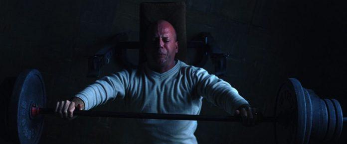 Bruce Willis in una scena di Unbreakable di M. Night Shyamalan