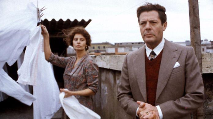 Una giornata particolare, capolavoro del 1977 diretto da Ettore Scola e interpretato da Marcello Mastroianni e Sophia Loren.