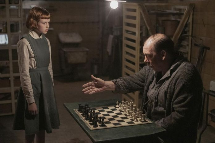 Scott Frank dirige The Queen's Gambit, tratto dall'omonimo romanzo di Walter Tevis.