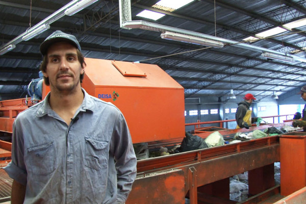 Sebastián Masa, em uma usina de reciclagem