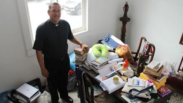 No escritório do sacerdote Alex Coelho, doações para a família síria