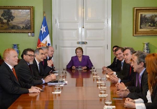 Chile anuncia congelamento de salário de Bachelet e de altos funcionários do governo