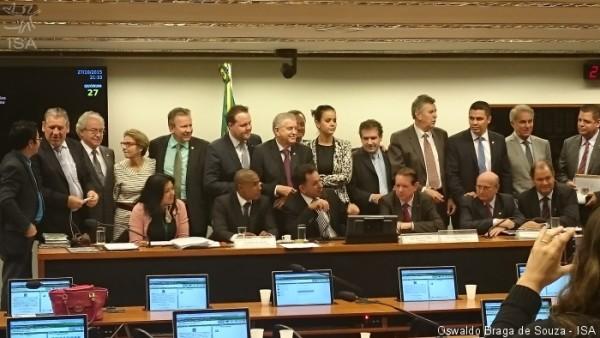 Ruralistas posam para foto para comemorar aprovação da PEC 215