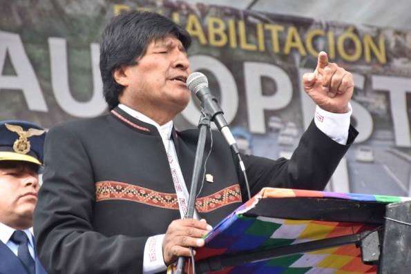 Evo Morales e aliados em entrega de obras para ligar La Paz a El Alto, no dia em que boatos sobre sua derrota em referendo surgiram com apuração dos votos. Foto: Enzo de Luca/ ABI