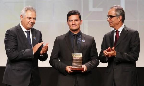 Sérgio Moro recebe das mãos dos donos do grupo Globo o prêmio de homem do ano 2014.