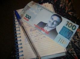 Durante a audiência, manifestantes distribuíram panfletos irônicos como este que imita nota falsa