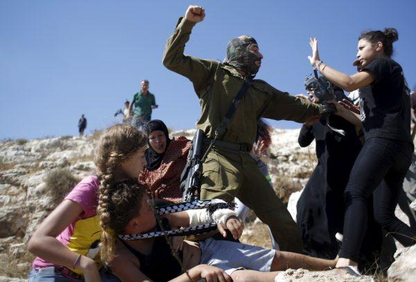 Soldado israelense reprime manifestação pacífica das sextas-feiras contra a ocupação sionista. Foto: © Reuters/ Mohamad Torokman.