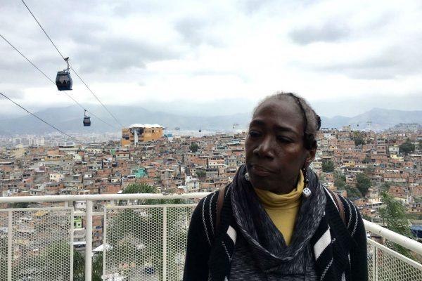 Deborah Small no Complexo do Alemão, no Rio: Na favela, a polícia trata todos como suspeitos, Foto:Bruno Torturra
