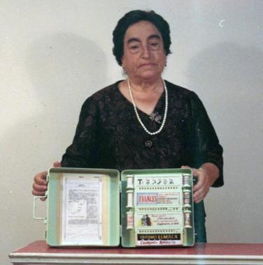 Ángela Ruiz Robles com sua Enciclopédia Mecânica. / Wikipedia