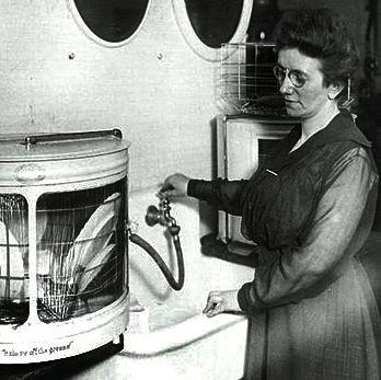 Josephine Cochrane usando a máquina de lavar pratos que desenhou. / Wikipedia
