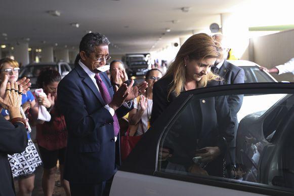 Brasília - A vice-presidente da OAB-DF, Daniela Teixeira, é acompanhada até a saída por parlamentares e seguranças após discussão em plenário com o deputado Jair Bolsonaro, durante comissão geral que discutia a violência contra mulheres (Marcelo Camargo/Agência Brasil)
