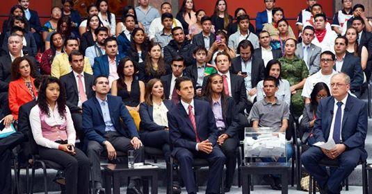 O presidente do México, Enrique Peña Nieto, durante um diálogo com jovens sobre seu quarto relatório de governo, apresentado na capital mexicana. / EFE