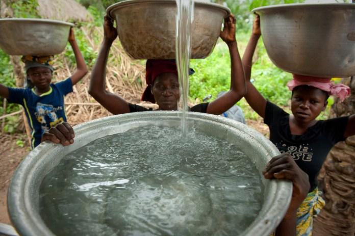 Moradoras da vila Woukpokpoe, no Benin, buscam água potável. Foto: Banco Mundial/Arne Hoel