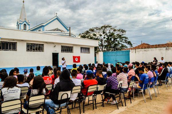 """Estudantes participam de debate em divulgação da Jornada Cultural Nacional """"Alimentação saudável, um direito de todos!"""". Foto: MST."""