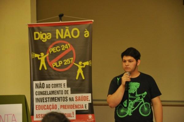 Estudante Dionatan Martins comenta que os estudantes têm direito à educação pública e de qualidade. Foto: Julia Saggioratto.