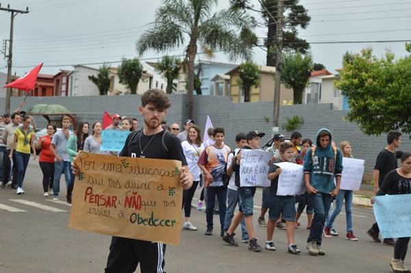 """Em São Miguel do Oeste -SC, estudantes e organizações ocupam ruas, na luta pelo """"direito de garantir direitos"""""""