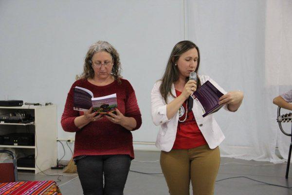 Mulheres do Movimento dos Pequenos Agricultores (MPA), lançam livro durante o  6º Café AntiColonial , em São Miguel do Oeste-SC