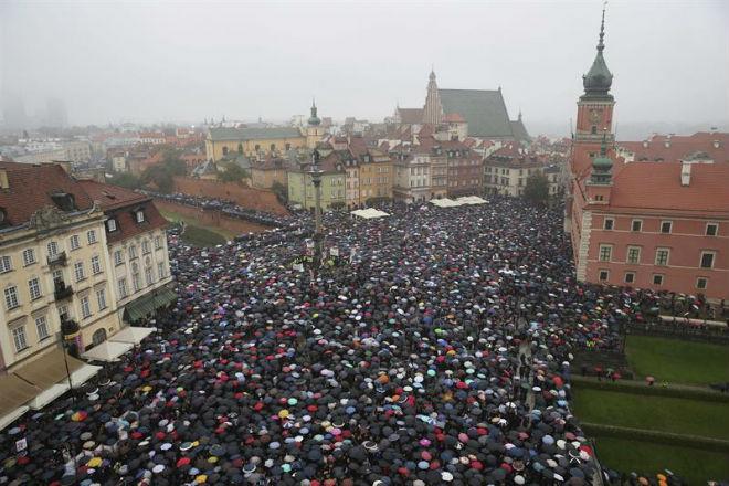 Após protestos de mulheres, governo da Polônia recua e tira apoio à proibição total do aborto