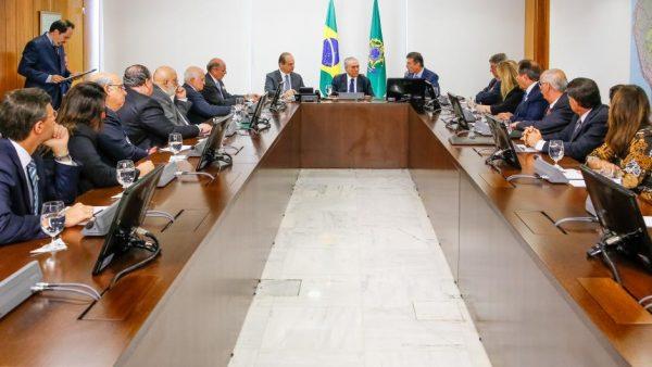 Claudio Lottemberg fala a Michel Temer durante reunião do Coalizão Saúde no Planalto Foto: Marcos Corrêa/PR