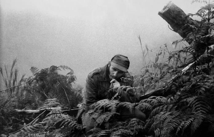 """Fidel na Serra Maestra, durante a luta de guerrilhas (Foto: Enrique Meneses, no """"Paris Match"""")"""