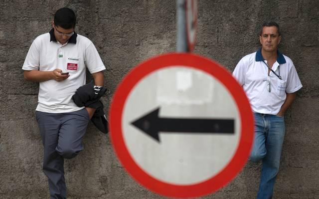 Trabalhadores da EMBRAER antes de assembleia em São José Dos Campos. Foto: Roosevelt Cassio/Reuters