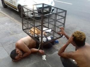 Presos são algemados em lixeira após horas em viatura no RS