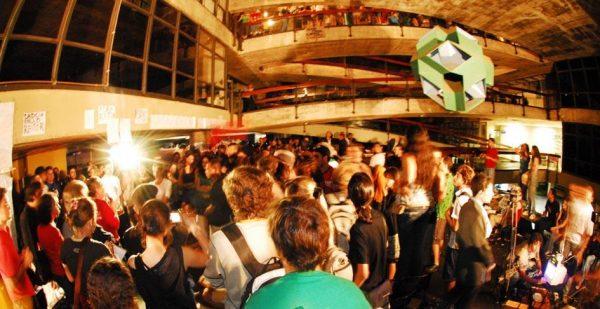 Estudantes firmam acordo e ocupação na UnB chega ao fim
