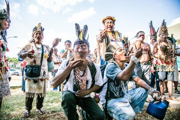 Indígenas Guarani e Kaiowá em protesto pelas demarcações na frente do STF. Foto: Ana Mendes/Cimi.
