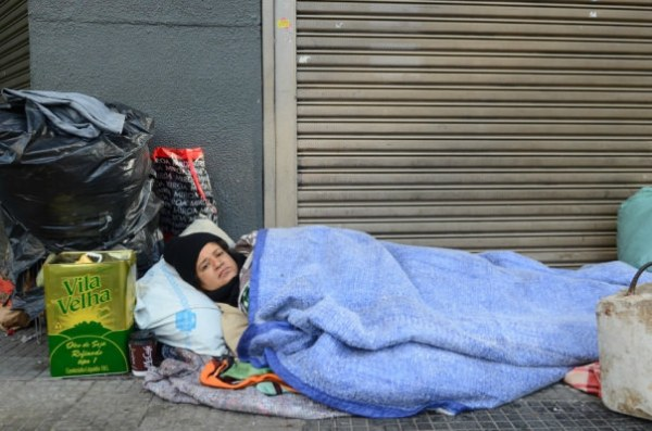 Decreto publicado pelo prefeito permite a remoção de cobertores, colchonetes, mantas, travesseiros, lençóis dos moradores de rua. / Rovena Rosa/Agência Brasil