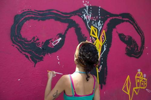 Grafites de Carolina Itzá expõem a experiência cotidiana das mulheres periféricas