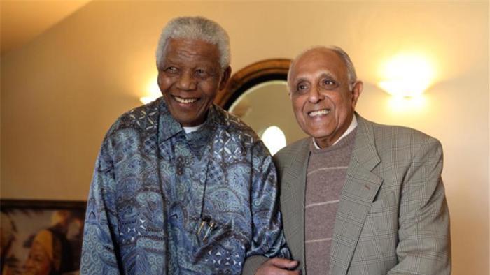 Morre aos 87 anos Ahmed Kathrada, ex-companheiro de cela de Nelson Mandela