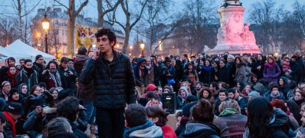 """Movimento """"Nuit Debout"""" (Noite Desperta), que contestou o neoliberalismo pela esquerda em Paris, 2016. Na França, no entanto, principal contestação é de direita. Segundo Anderson, um dos motivos é o fato de ela ter propostas mais simples e claras contra a tirania da União Europeia"""