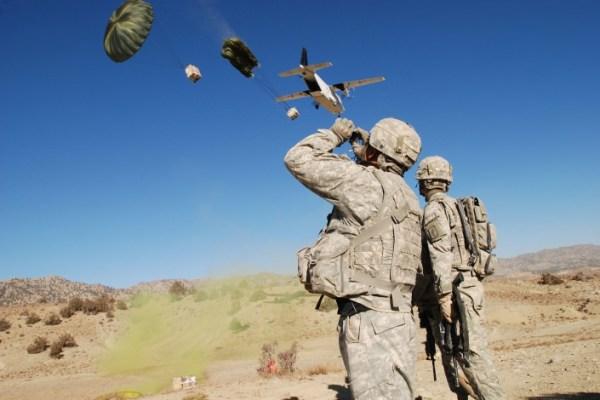 Soldados norte-americanos observam avião C-212, operado pela empresa de mercenários Blackwater, na província de Paktika (Afeganistão). 9 de Novembro de 2007 Créditos / CC BY 2.0
